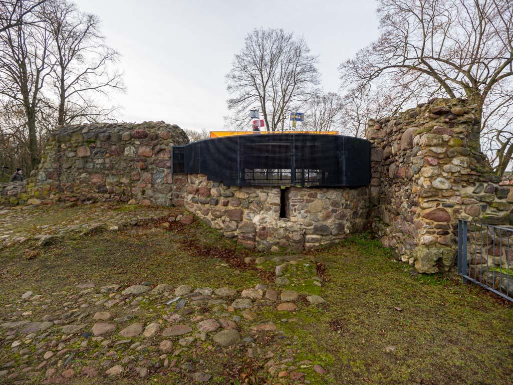Burg Belzig. Überbaute Apsis der Kapelle sowie Reste der Ringmauer (rechts) und der Mauer zum Burghof (links)