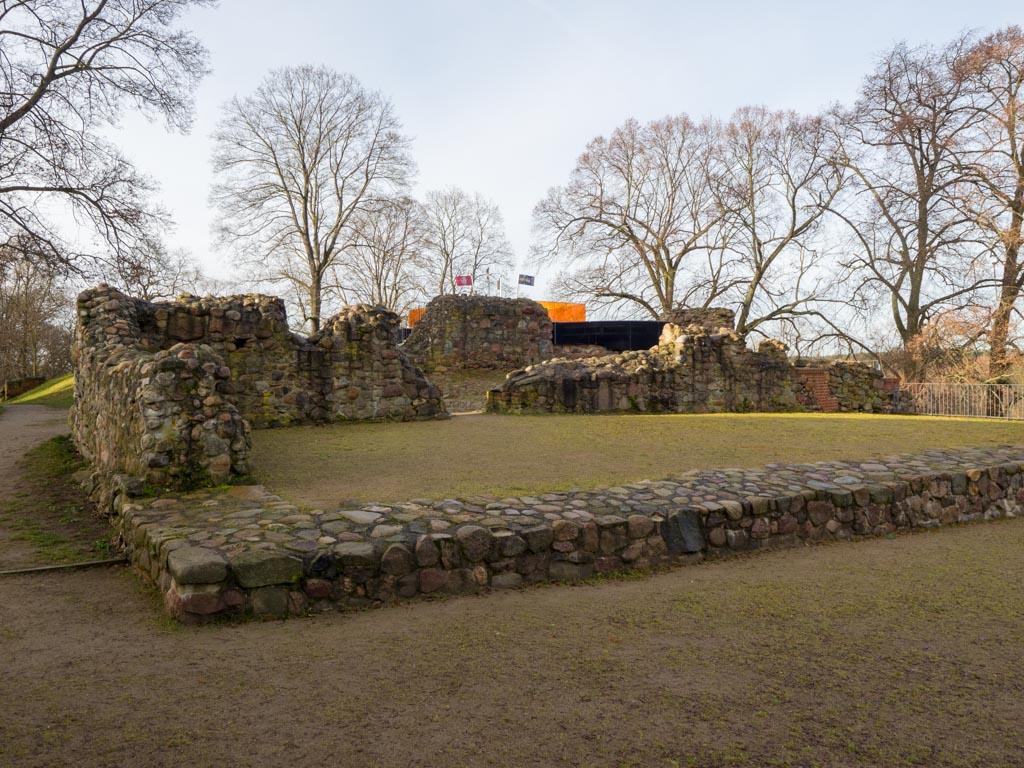Burg Belzig. Blick auf Reste der romanischen Burganlage, im Hintergrund die überbaute Kapelle.