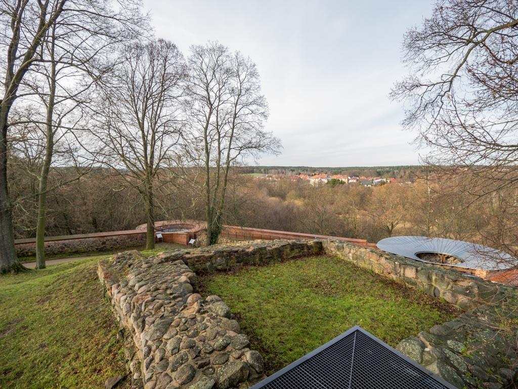 Burg Belzig. Reste des romanischen Mauerturms nordwestlich der Kapelle.
