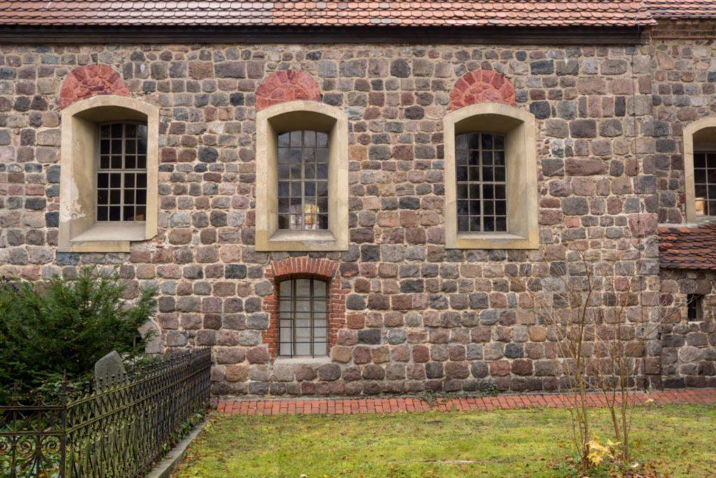 Südwand des Schiffes. Über den Barockfenstern befinden sich die Reste der romanischen Fenster (farbig gekennzeichnet durch A. Soujon)