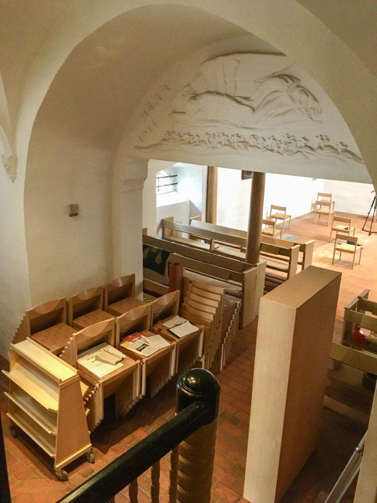 Dorfkirche Marienfelde. Monumentaler Bogen des Turmraums mit Jugenstileinbau
