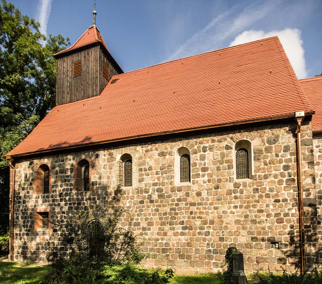 Dorfkirche Stahnsdorf. Schiff mit 5 Rundbogenfenstern. Aufnahme von Süden