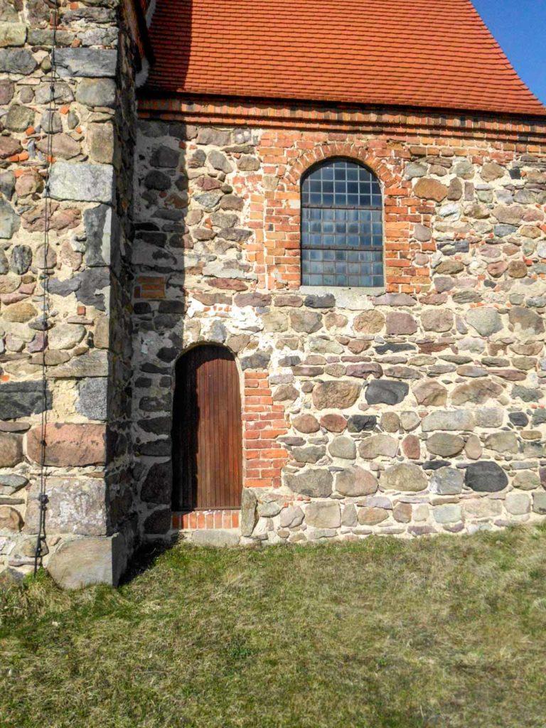Dorfkirche Bergholz. Priesterpforte in der Südwand des Chors.