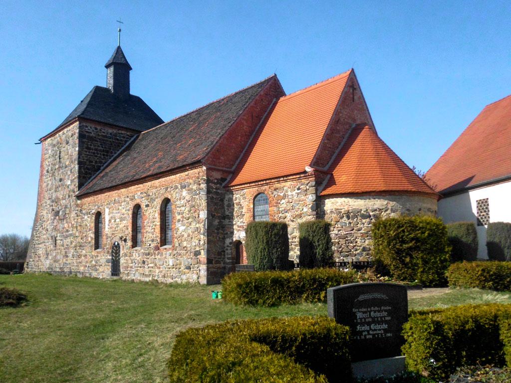 Dorfkirche Bergholz. Staffelung der vierteiligen Anlage, Ansicht von Südwest.