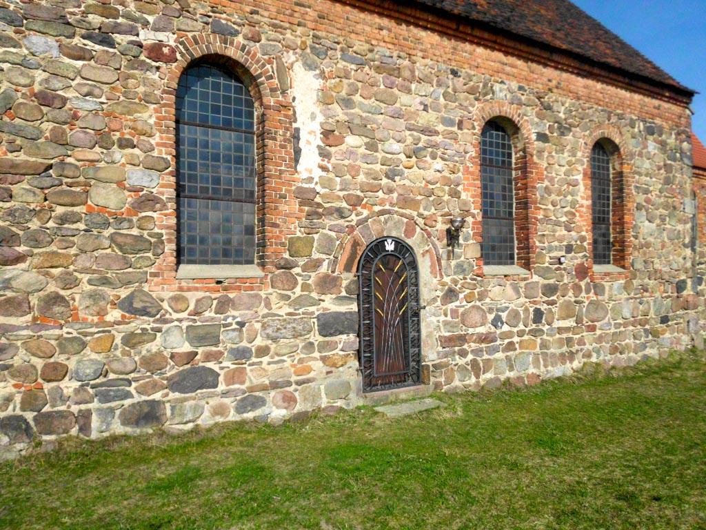 Dorfkirche Bergholz. Südwand des Schiffes mit Gemeindepforte