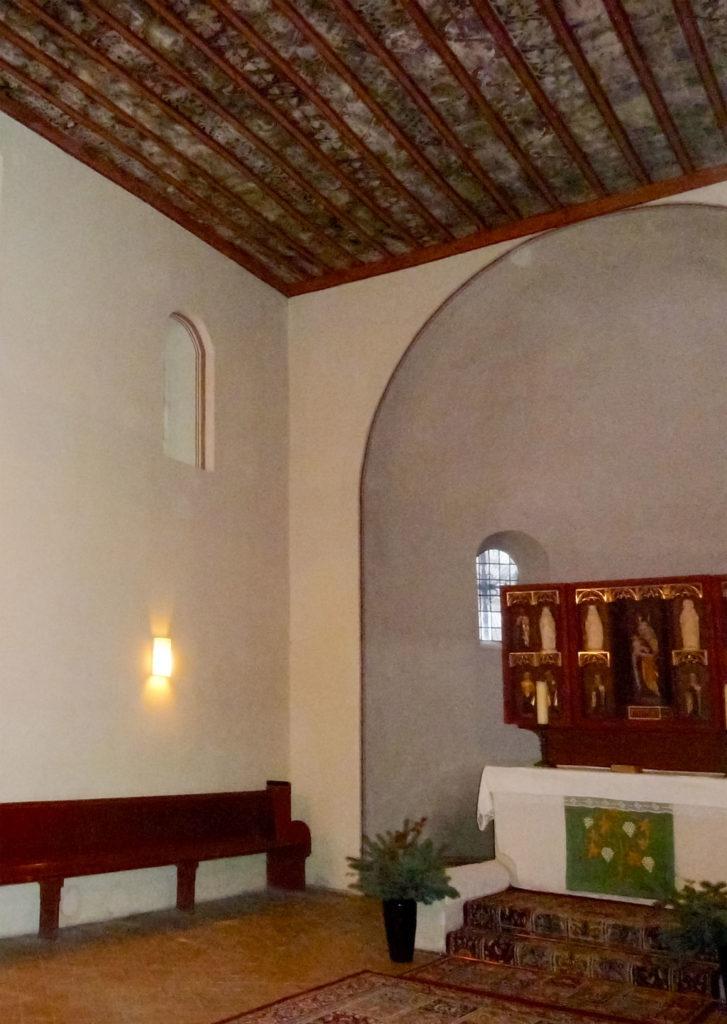 Dorfkirche Wusterwitz Chor und Apsis mit romanischen Fenstern und Chorbogen.