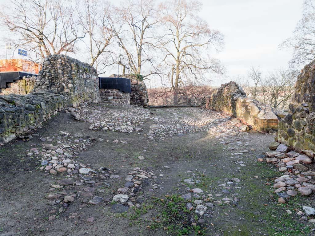 Burg Belzig. Gepflasterter Hof östlich der Kapelle.